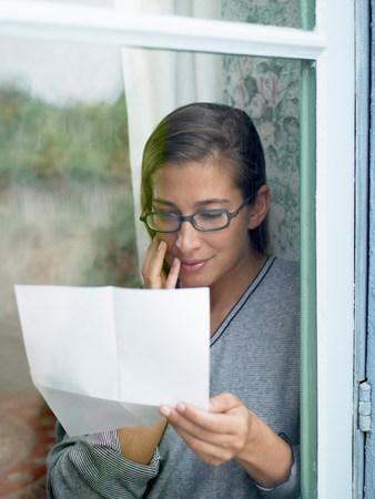 Woman reading a letter Standard-Bild - 113989642