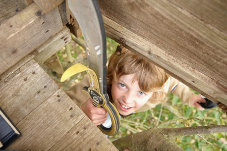 Boy climbing to treehouse Banque d'images - 113848866