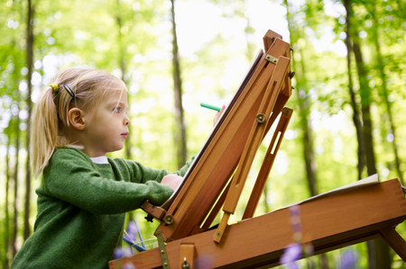 Girl painting in the forest Imagens