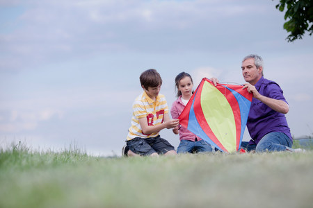 family of three building kite 版權商用圖片