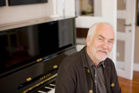 old man sitting at piano Banco de Imagens - 114143731