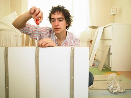 Man building furniture Banque d'images - 113988902
