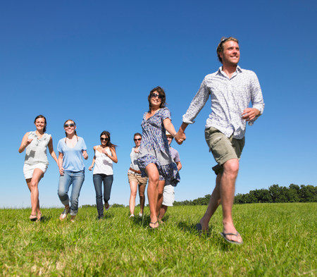 group of young people running in field Stockfoto