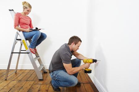 Couple doing DIY Banque d'images - 114014284