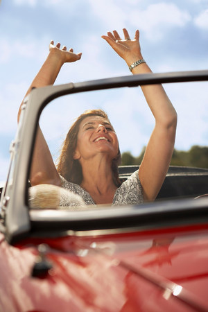 Mid aged woman in sports car Stockfoto