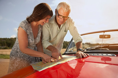 senior couple with car and map Banco de Imagens - 114015161