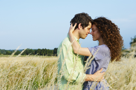 Couple in a wheat field Imagens