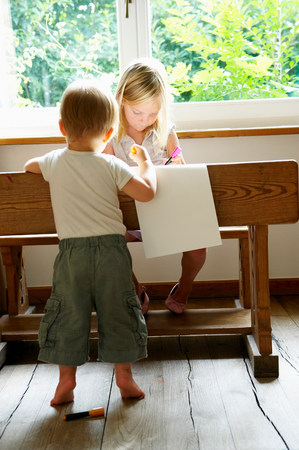 Baby boy and his sister drawing Stockfoto