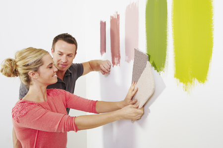 Couple looking at carpet samples. Banque d'images - 114015859