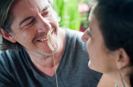homme & femme jouant avec la tige d'herbe