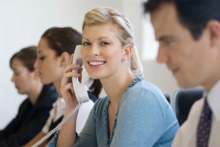 Una mujer de negocios en el teléfono sonriendo