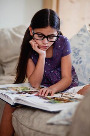 girl looking at picture book Zdjęcie Seryjne