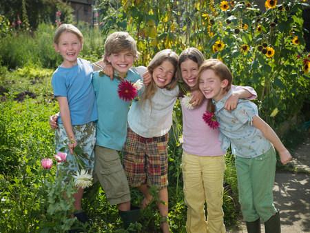 A group of friends in a garden Archivio Fotografico