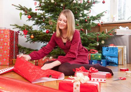 girl wrapping christmas presents Reklamní fotografie