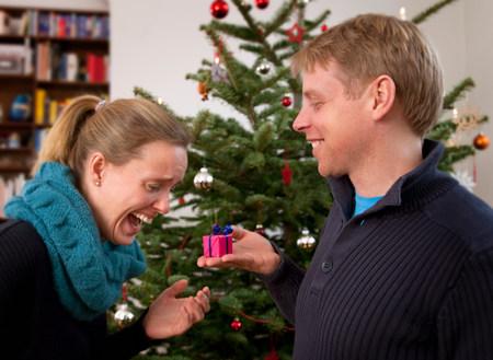 man giving woman small christmas present Archivio Fotografico