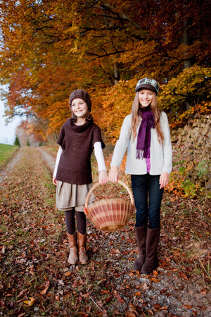 Two girls with a basket Banque d'images - 114149043