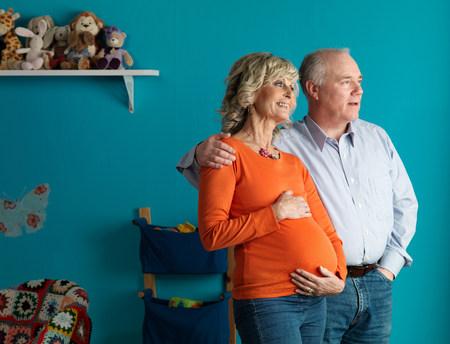 Donna anziana incinta con partner maschile Archivio Fotografico