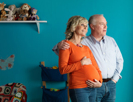 Pregnant older woman with male partner Stockfoto