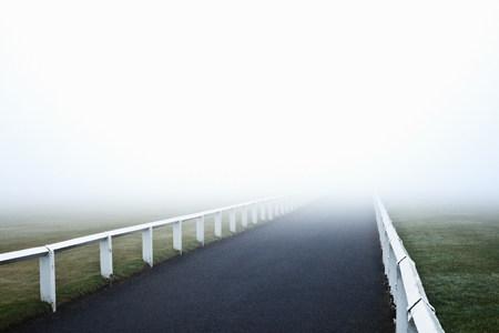 Route menant dans le brouillard