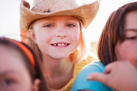 Jeune fille au chapeau souriant
