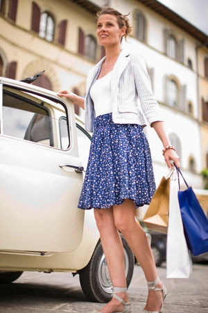Woman next to car with shopping bags Stockfoto