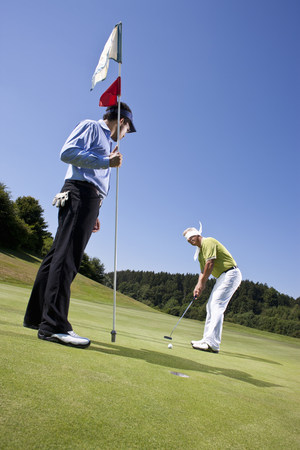 Blindfolded golfing man and Caddy 免版税图像
