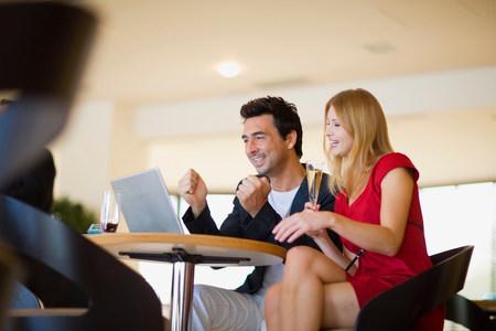 Couple with laptop Banque d'images - 114145217