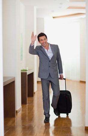 Mann, der im Hotel ankommt Standard-Bild