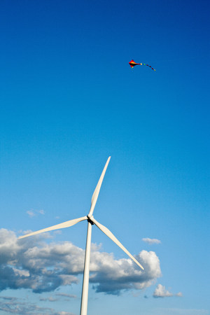 Wind turbine and kite Banco de Imagens