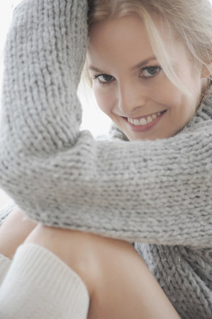 Woman wearing thick sweater and socks Imagens
