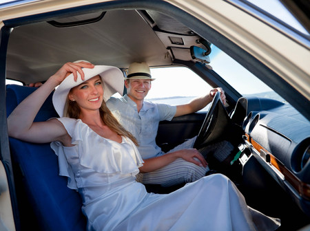 Newlywed couple riding in car Banco de Imagens - 113893109