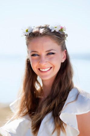 Woman wearing daisy crown Reklamní fotografie