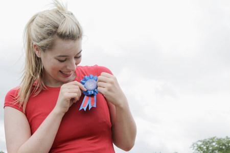 Woman wearing blue ribbon outdoors Foto de archivo