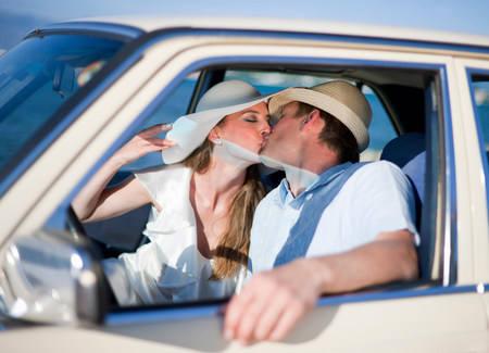 Newlywed couple kissing in car Banco de Imagens - 113889975