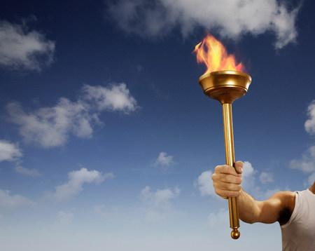 Athlète tenant un bâton enflammé