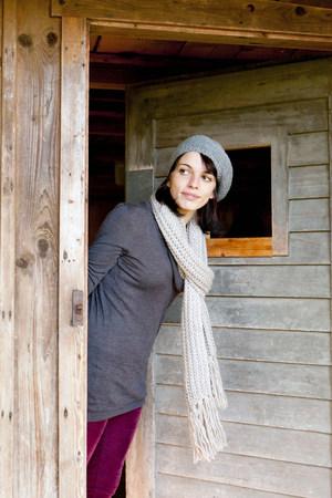 Woman peering around doorway Banque d'images - 113869888