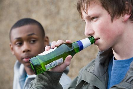 Adolescentes bebiendo cerveza