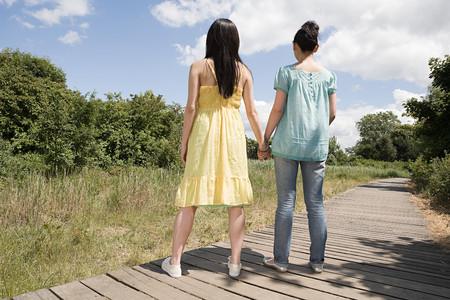 Two women holding hands Foto de archivo