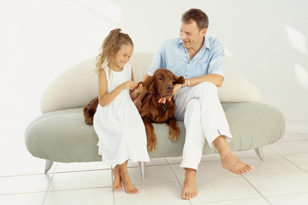 Hombre con niña y perro