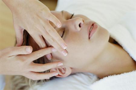 Woman receiving facial massage Banque d'images
