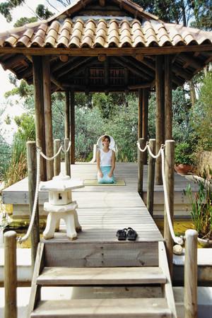 Woman meditating Imagens