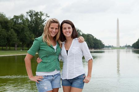 Two girls by washington monument 版權商用圖片