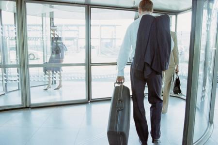 Geschäftsmann im Flughafenterminal Standard-Bild