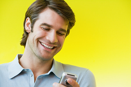 Man smiling at text message Banque d'images - 116727805