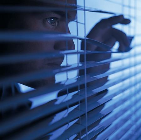 Man looking through blinds 写真素材 - 114139770