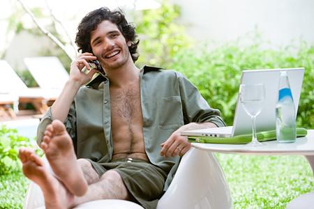 Man met mobiele telefoon cell Stockfoto