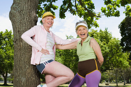 Two senior adult women resting during exercise Stockfoto