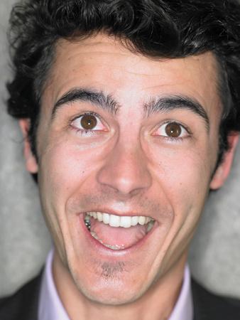 Bouchent portrait de jeune homme souriant