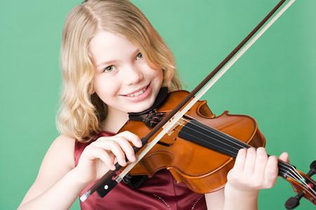 Fille jouant du violon Banque d'images