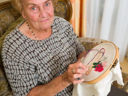 Senior woman doing crochet Archivio Fotografico - 124703979